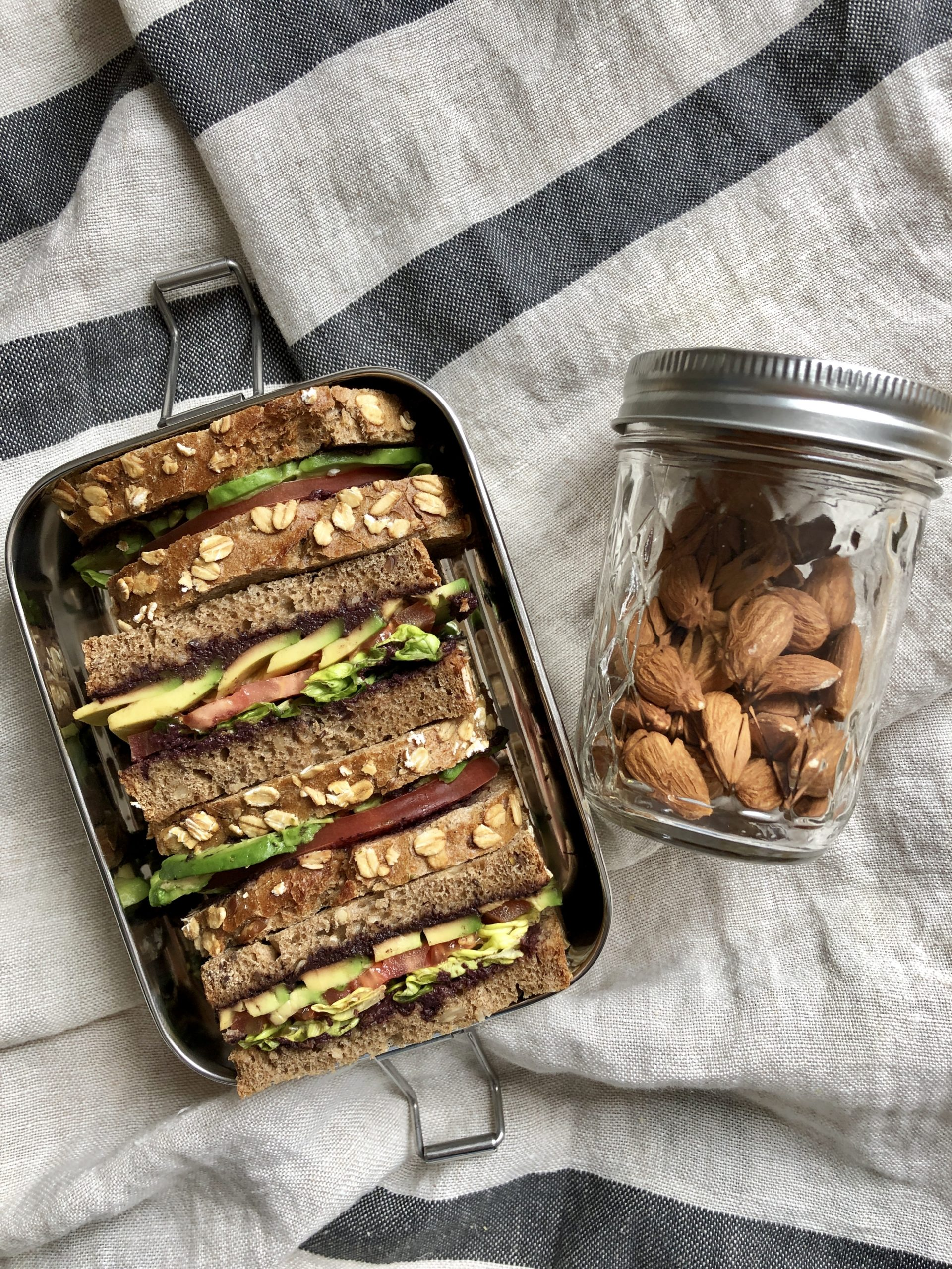 sandwich-hummus