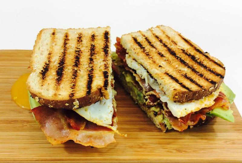 receta-sandwich-bacon-aguacate-huevo-ido-destacada