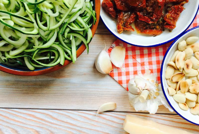 receta-espaguetis-de-calabacin-con-pesto-rojo-destacada