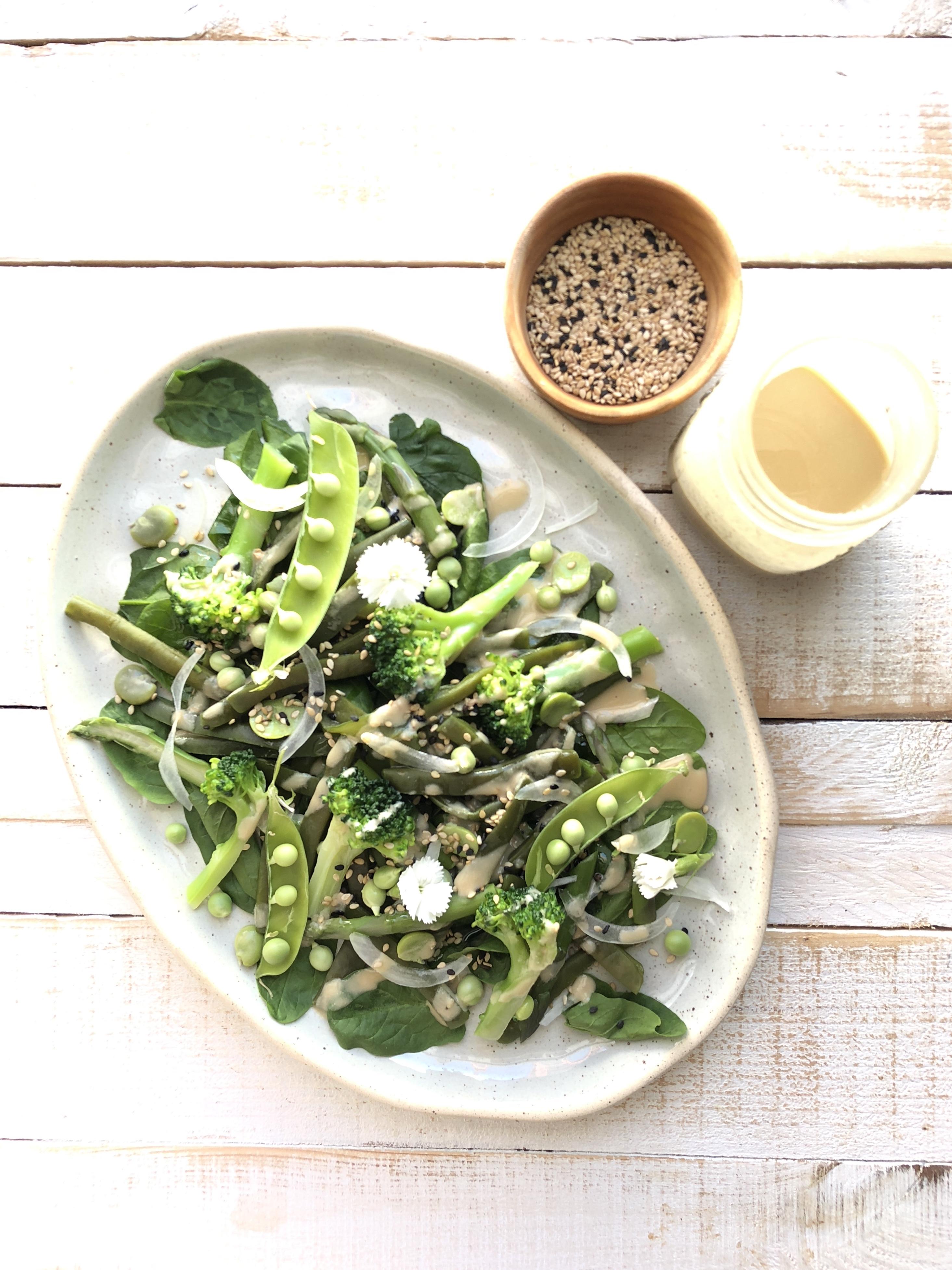 receta-ensalada-con-verduras-de-primavera.